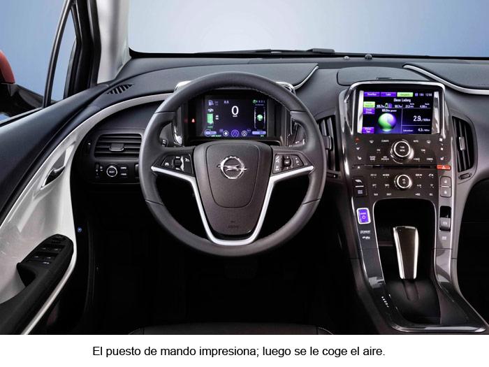 Opel Ampera. Interior, mados en el volante. Consola central.