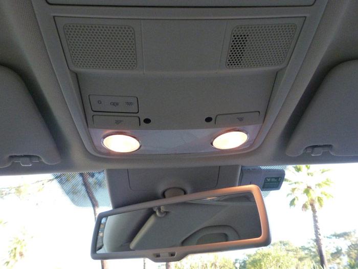 Skoda Octavia. Plafón de iluminación y retrovisor interior