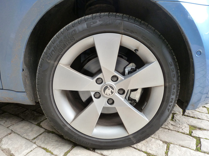 Skoda Octavia. Llanta Pirelli Cinturato P7 de 17 pulgadas