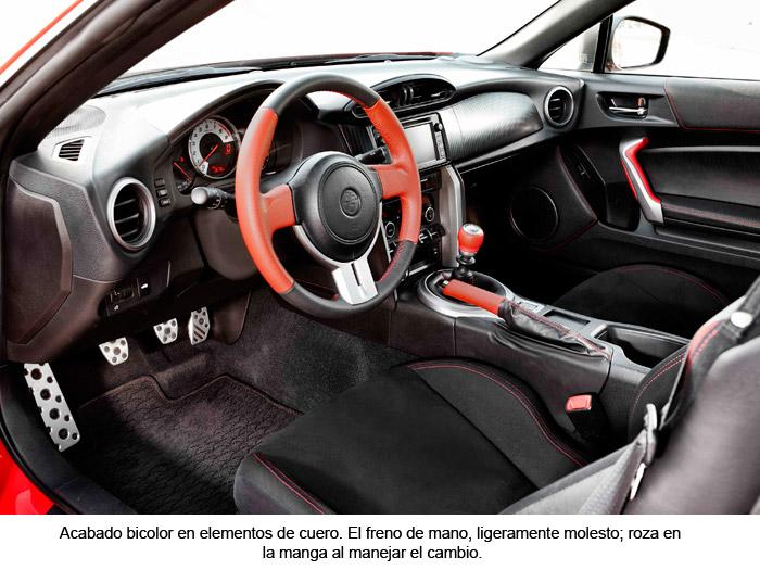 Toyota GT 86. Interior. Acabado bicolor en elementos de cuero.