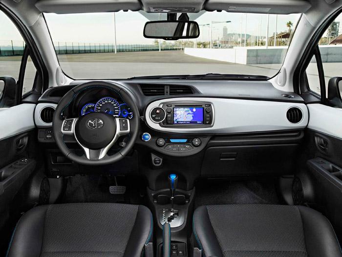 Toyota Yaris Hybrid. Interior. Mandos volante. Consola central