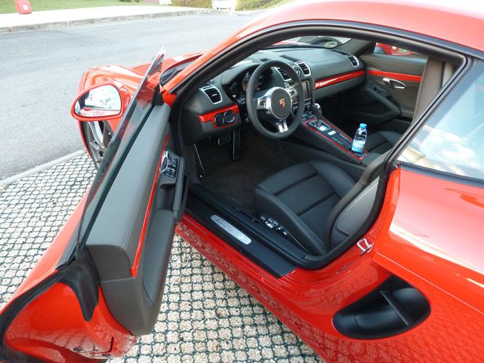 Porsche Cayman. Carrocería Rojo Guardia. Tapicería en cuero negro