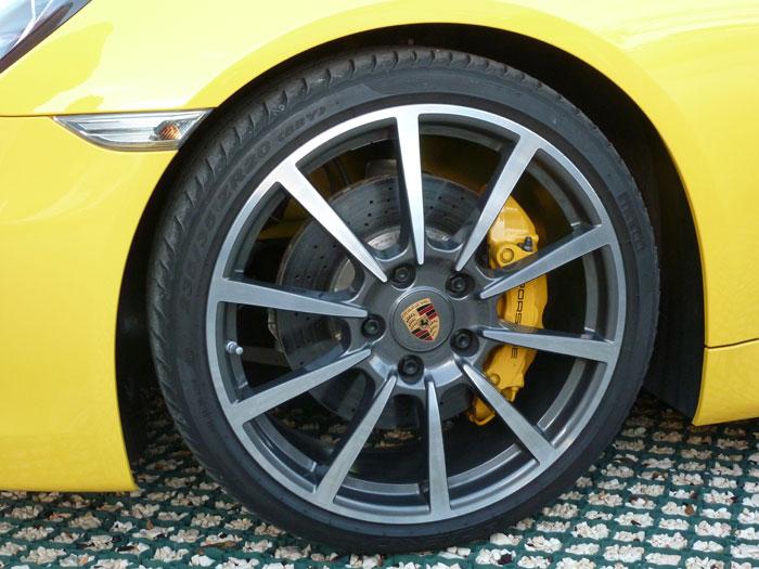 Porsche Cayman. Llanta Carrera Classic de 20 pulgadas. Amarillo Racing