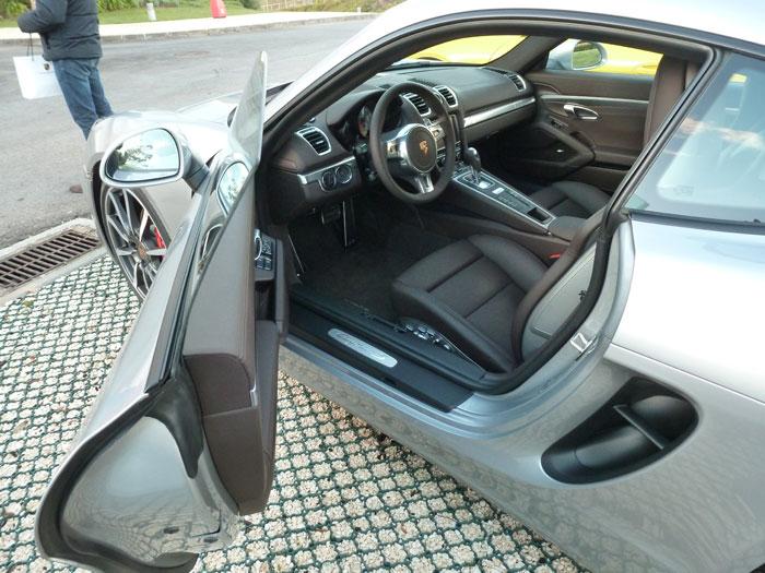 Porsche Cayman. Carrocería color Plata GT. Tapicería de cuero negro