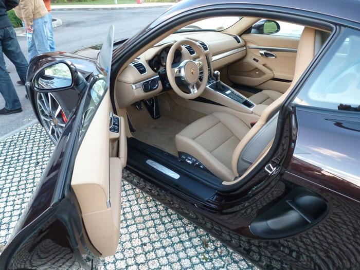 Porsche Cayman. Carrocería color Caoba Metalizado. Tapicería en cuero Beige Luxor
