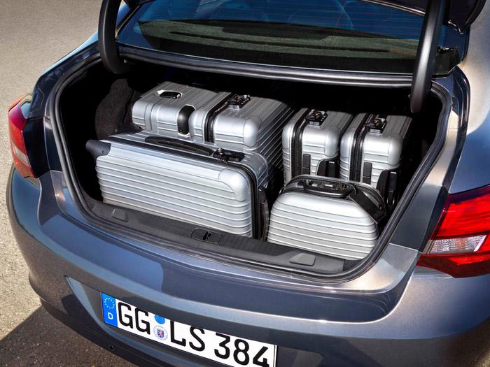 Opel Astra Sedán. Maletero con carga
