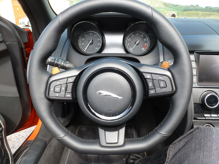 Jaguar F-Type 2013. Volante térmico de 3 radios en piel con levas de cambio en acabado Ignis