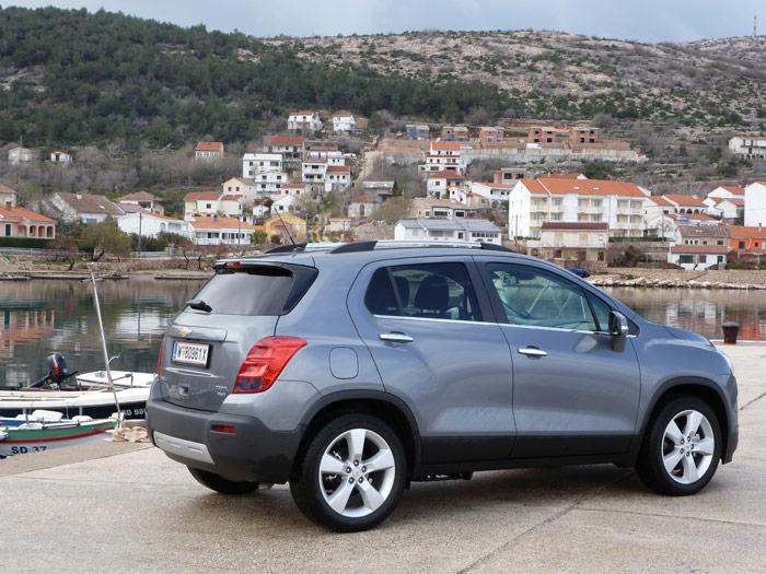 Chevrolet Trax 2013. Croacia. Tres cuartos trasero. Color de carrocería Satin Steel Grey.