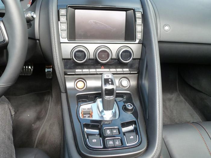"Jaguar F-Type 2013. Consola central en acabado Dark Hex Aluminium. Pantalla táctil en color de 8"""