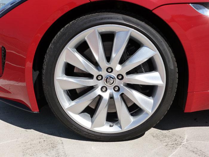 Jaguar F-Type. 2013. Llanta de aleación de 20 pulgadas. Color de carrocería Salsa Red