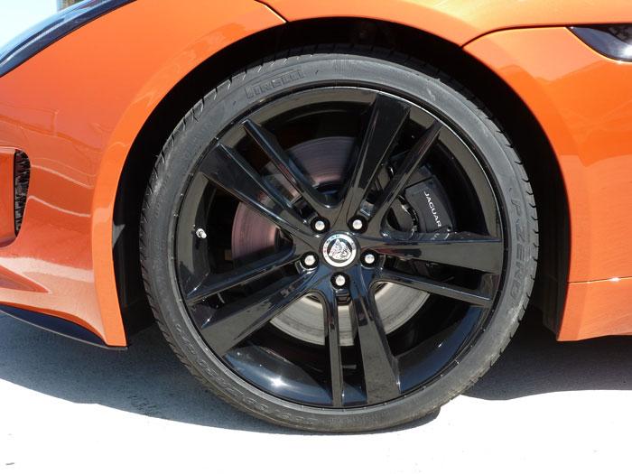Jaguar F-Type. 2013. Llanta de aleación de 20 pulgadas. Color de carrocería Firesand