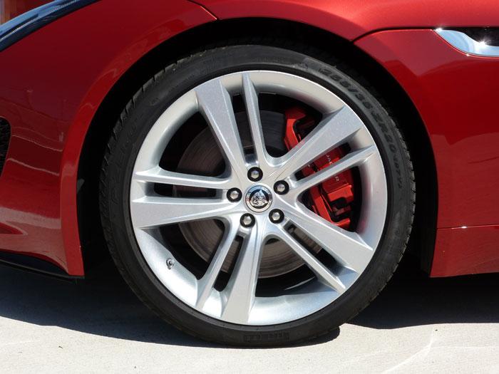 Jaguar F-Type. 2013. Llanta de aleación de 20 pulgadas. Color de carrocería Italian Racing Red