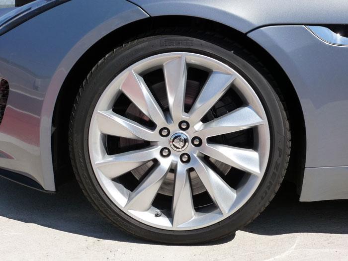 Jaguar F-Type. 2013. Llanta de aleación de 20 pulgadas. Color de carrocería Satellite Grey