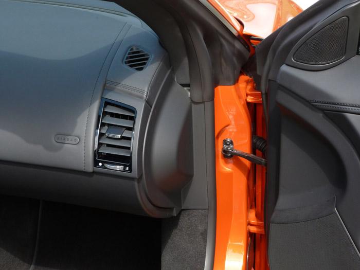 Jaguar F-Type 2013. Puerta y salpicadero