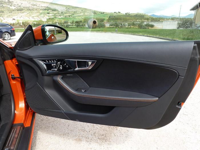 Jaguar F-Type 2013. Puerta con las costuras en color