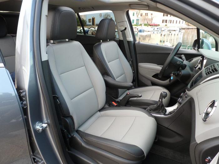 Chevrolet Trax 2013. Asientos delanteros, reposabrazos