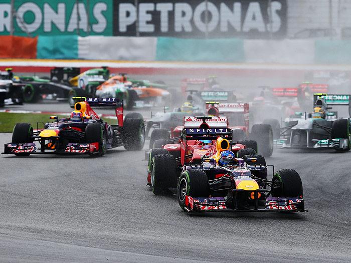 Fórmula 1. Malasia 2013. Enganchón del alerón delantero de Alonso con una rueda trasera de Vettel