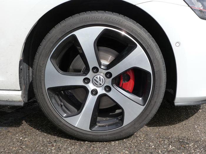 Volkswagen Golf GTI. 2013. Llanta de 18 pulgadas. Discos de freno de 16 pulgadas y pinzas rojas.