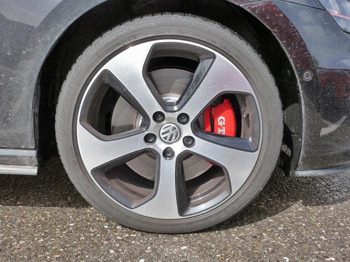 Volkswagen Golf GTI Performance. 2013. Llanta de 18 pulgadas. Discos de freno de 17 pulgadas y pinzas rojas con grafía blanca.