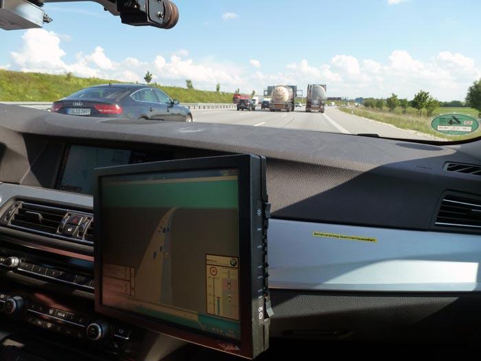 Pantalla de información del sistema de conducción altamente automatizada