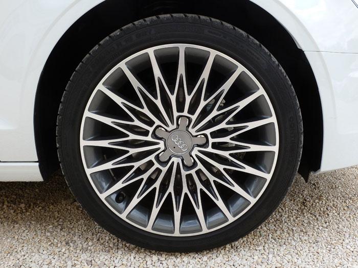 Audi A3 Sedan. 2013. Llanta de aluminio de 18 pulgadas con diseño de radios cruzados