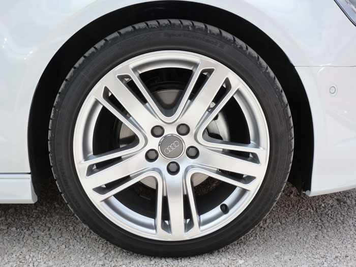 Audi A3 Sedan. 2013. Llanta aluminio fundido de 18 pulgadas. Diseño AVUS