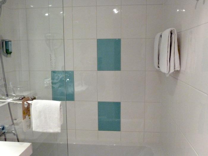 Bañera alta y sin asideros.