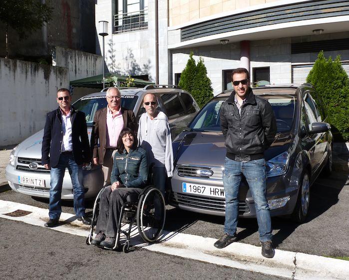 Antes de subir al coche hice una foto de familia. De fondo el Ford Galaxy que nos había llevado desde Madrid hasta Basauri y el Carnival que iba a conducir. Por delante, mis compañeros de viaje y experiencias.