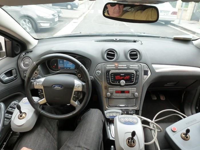 Ford Mondeo equipado con dos joysticks. En la mano izquierda acelerador y freno. En la derecha, la dirección.