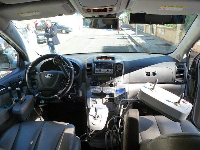 En el primer coche adaptado que he conducido, la dirección se movía mediante un joystick para la mano derecha y el acelerador y el freno mediante un mando en la mano izquierda.