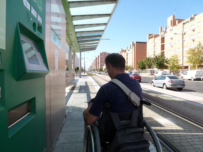 Comienzo las 24 horas en silla de ruedas en la casa de Bea Pérez y de David Rivas. El primer destino es una parada del tranvía de Parla.