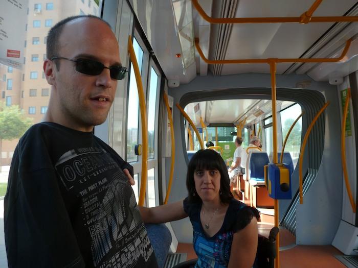 En el tranvía de Parla. Pude subir sin ayuda, aunque David estaba detrás de mí por si acaso.
