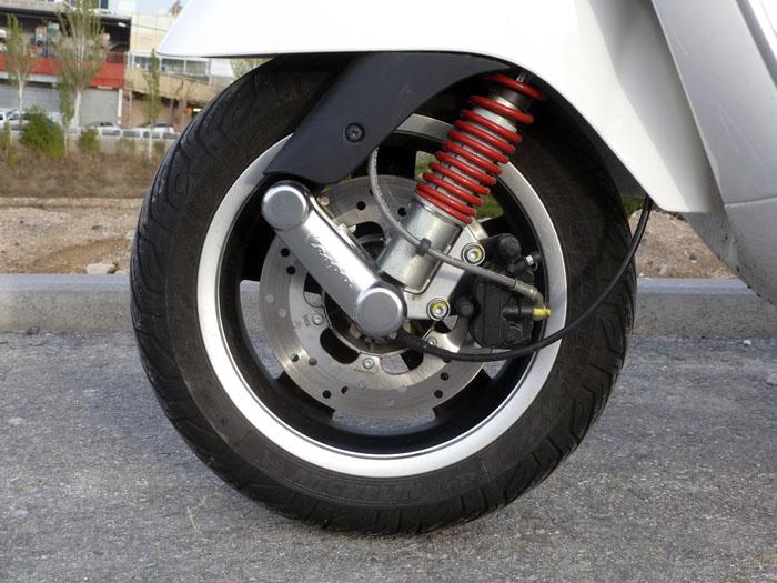 Tamaño del neumático delantero: 120/70 12
