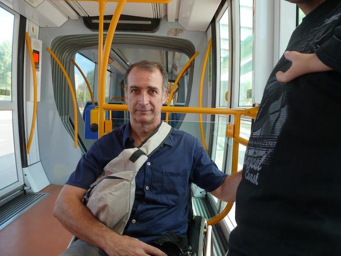 Los frenos de las sillas de ruedas no son muy potentes. Además de frenarla hay que agarrarse. (Foto: Beatriz Pérez)
