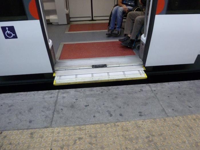 Hubiera sido incapaz de subir al tren sin ayuda. (Foto: David Rivas)