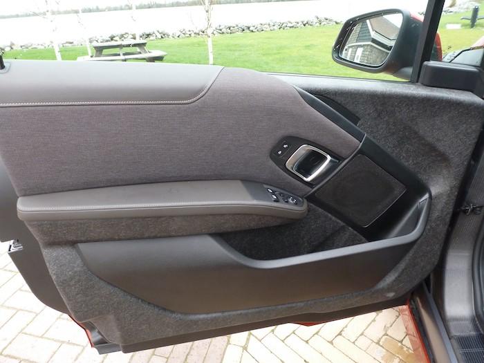 Los tiradores para abrir las puertas delanteras están situados en una zona inaccesible desde el asiento posterior