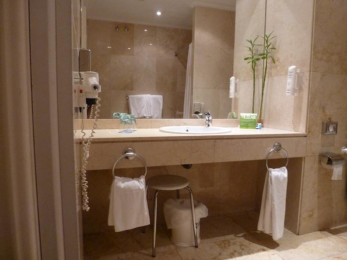 El taburete situado debajo del lavabo acabó inútilemente como apoyo al lado de la ducha. Hasta lavarse la cara es difícil.