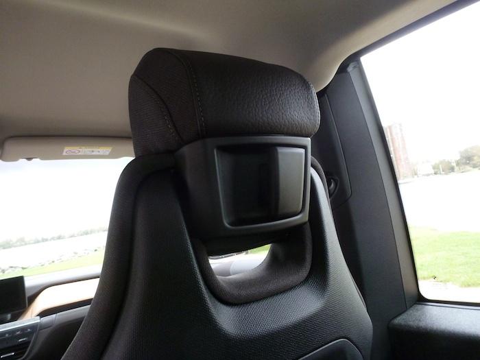 Estos tiradores situados en los reposacabezas de los asientos delanteros permiten plegar los asientos delanteros con comodidad desde la zona posterior