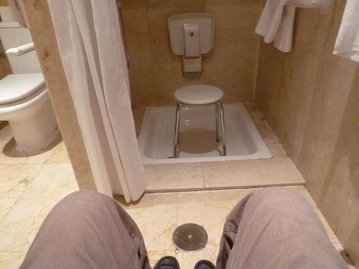 Para intentar llegar hasta el asiento de la ducha coloqué el taburete en el centro como apoyo. Casi me mato. Es imposible apoyarse en ningún objeto poco estable. Se mueve o se vuelca, con mucho peligro en ambos casos.