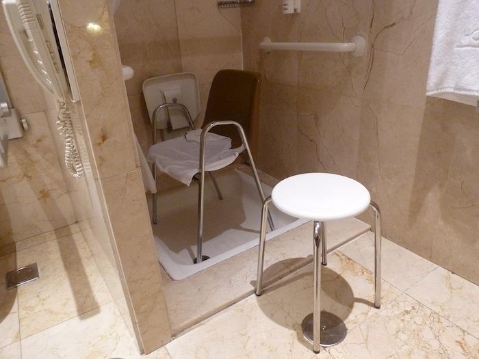 La silla que me trajeron y que colocamos en el centro de la ducha tampoco sirve. Apoyarse en ella es un peligro, pero aunque no lo fuera tampoco sirve: Para la ducha tuve que hacer trampa.