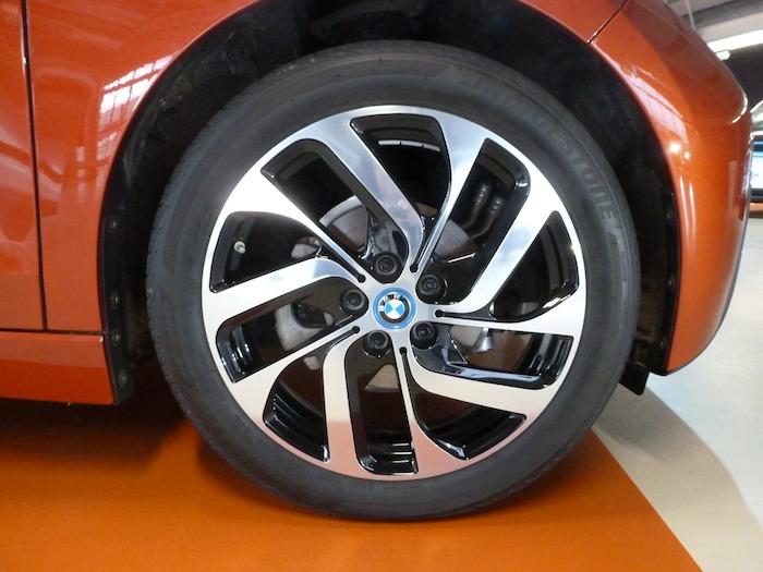 Los neumáticos delanteros de nuestra unidad de prueba eran más estrecho que los posteriores. (155 mm frente a 175 mm) La llanta de serie es de 19 pulgadas de diámetro.
