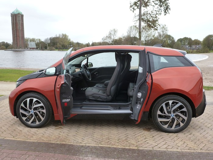 BMW i3. Vista lateral. Puertas abiertas.