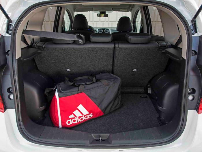 El maletero de 325 litros tiene un buen cubicaje para 4,1 metros de longitud, a pesar de que los pasos de rueda interfieren bastante.