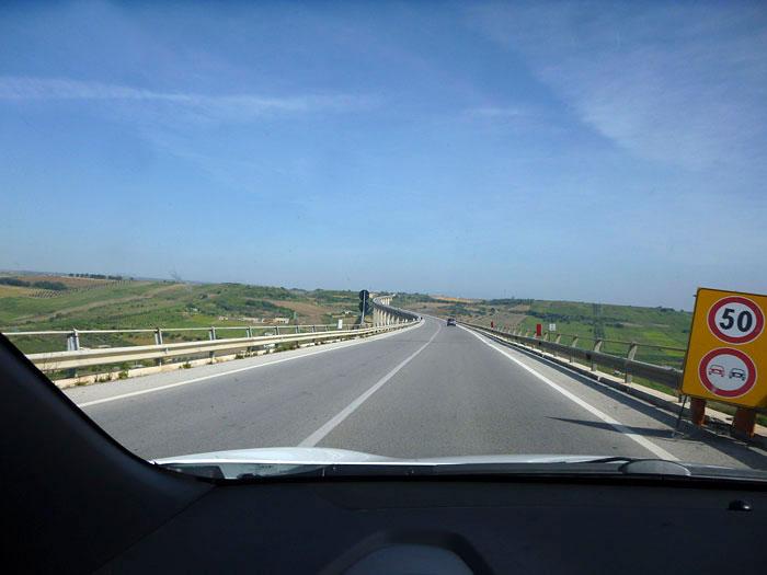 KIA Sportage. 2014. Paisaje Sicilia. Puente