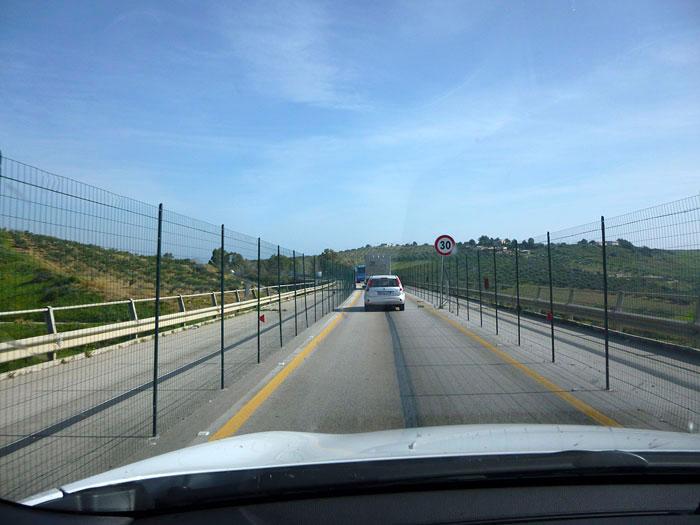 KIA Sportage. 2014. Sicilia. Puente en obras
