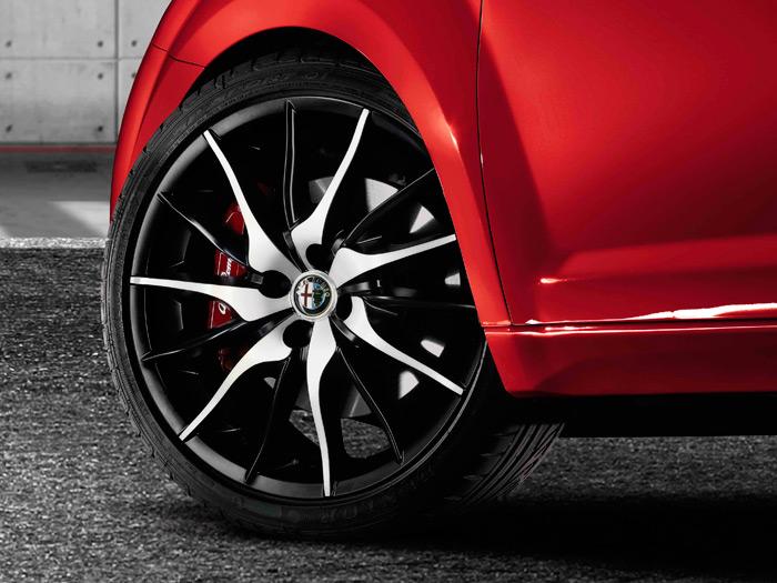 Esta llanta, su neumático y las medidas de ambos sí corresponden a un Sportiva; y además de color rojo, como el de la prueba.