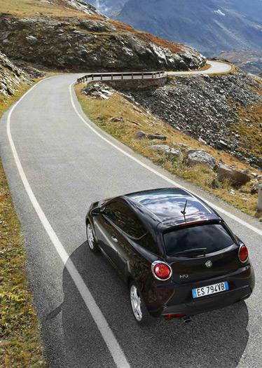 Una carretera alpina: ideal para cruzarse con un articulado de 38 toneladas justo en la curva del fondo de la foto.