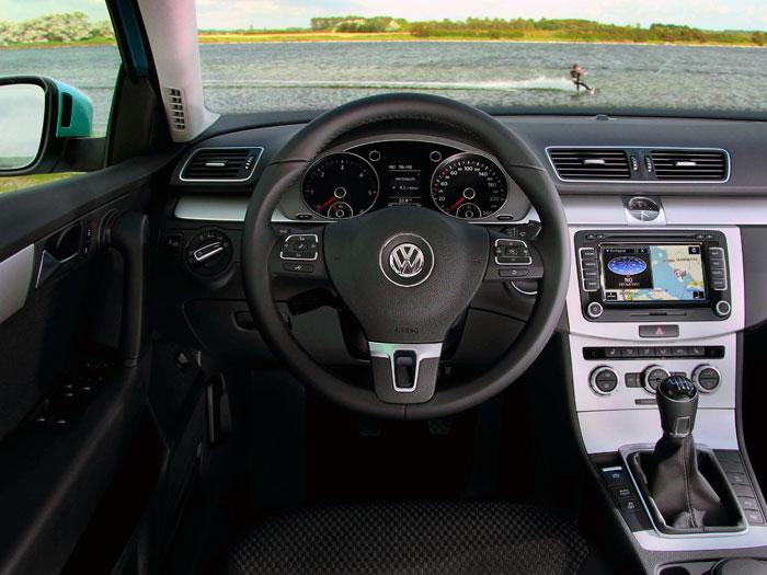 Un puesto de conducción muy clásico, para lo que hoy en día se estila; hay todo lo necesario, y casi nada superfluo.