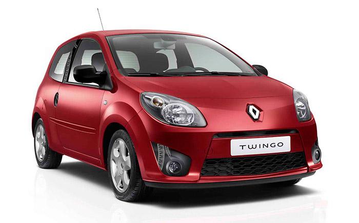 En esta inicial, o en su posterior segunda versión de frontal con cuatro faros, el Twingo II no existe para el comunicado que anuncia el nacimiento del Twingo III.