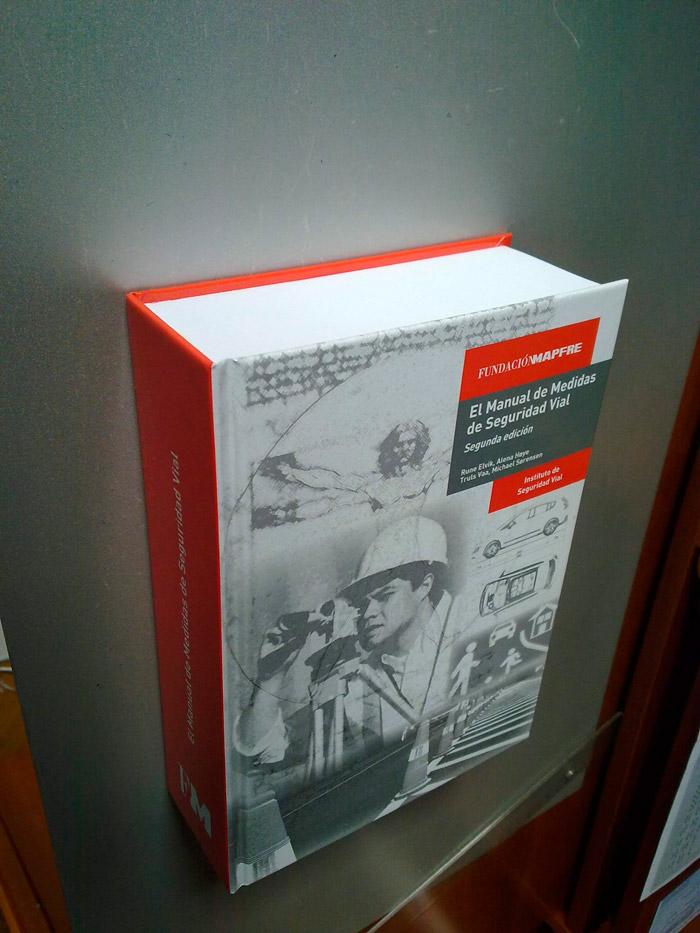 """El """"tocho"""" resulta impresionante: más de 1.000 páginas, 250 mm de altura, 175 mm de anchura, y 65 mm de grosor."""